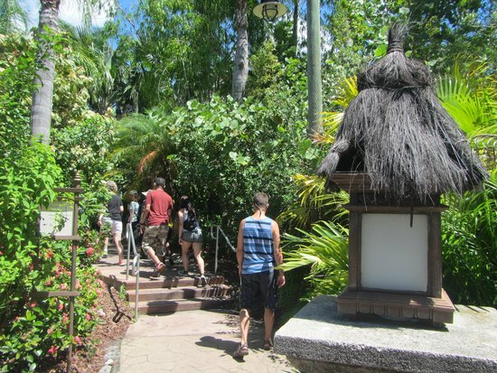 Loews Royal Pacific Resort: Entering the lush pathway from the water taxi to the resort