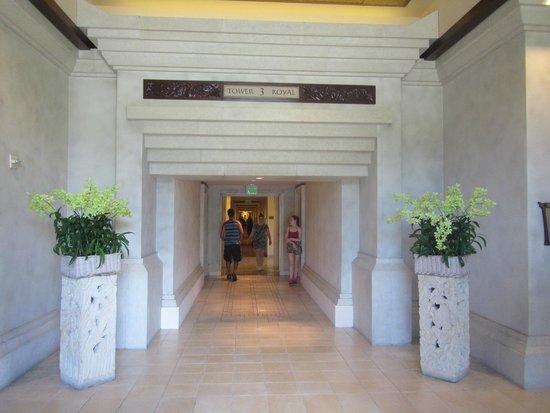 Loews Royal Pacific Resort: Grand entrance to Royal Tower 3