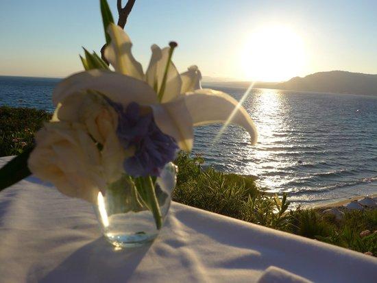 Philosophia Beach Restaurant: Flowers on the table