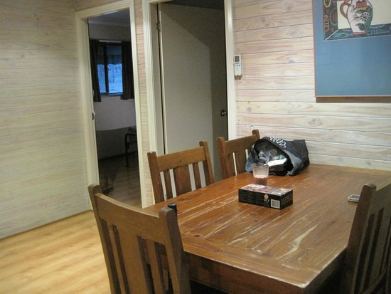 Belford Cabins: Dining area