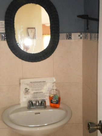 B&B Hotel Cerrito Tropical Lodge: If another couple were here, we would have had to share this bathroom.