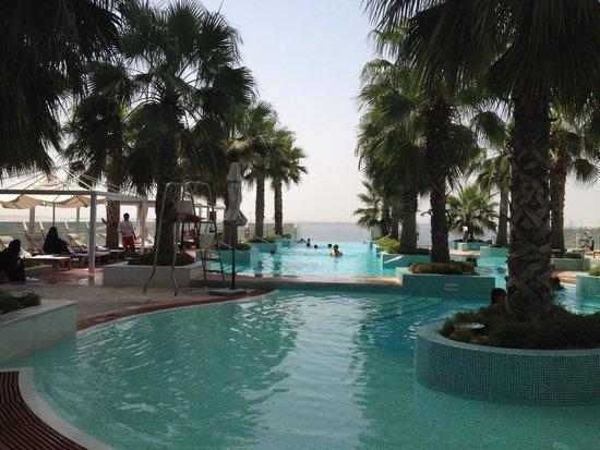 فندق كراون بلازا فستفل: connected pools
