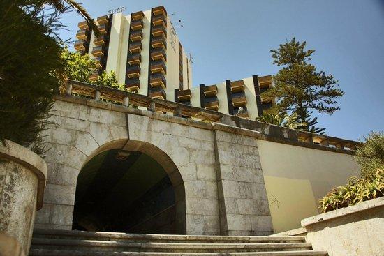 هوتل إستوريل إيدن: отель, вид через дорогу