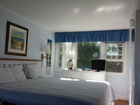 Hawthorne Motel: Room 104 an efficiency on the lawn
