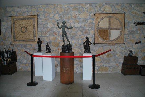 Los Acebos de Arriondas: Copia de una escultura de Dalí