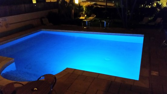 Riviera Lodge Hotel Torquay: The pool at night