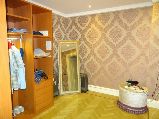 Hotel Ai Reali: giant walk in closet
