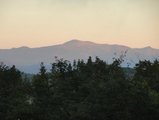 Snowvillage Inn: view of Mt. Washington from the porch