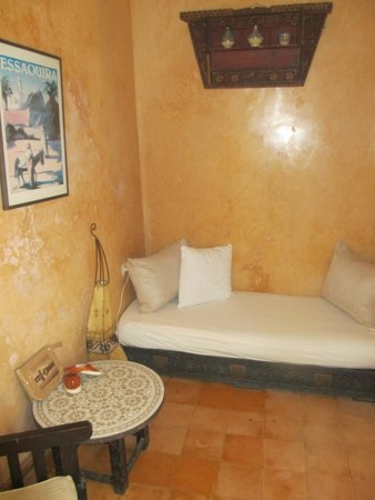 Riad Zelaka: notre chambre avec un espace salon