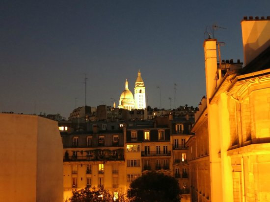 Le Montclair Hostel: Romantic view from the 5th floor! (With balcony - narrow)
