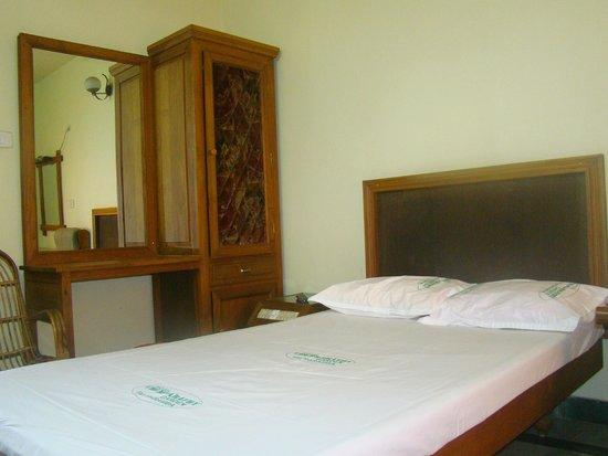 Capital O 33483 Hotel Chembarathy Garden: AC-DELUXE ROOM