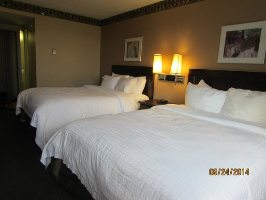 Canad Inns Polo Park: Nice bed and room decore