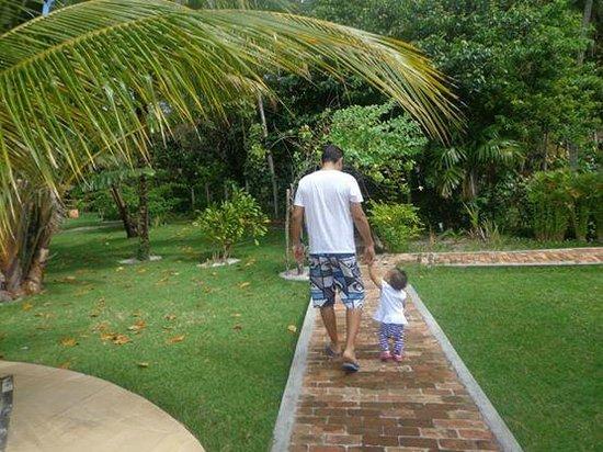 Karapitangui Praia Hotel: Areá externa muito verde