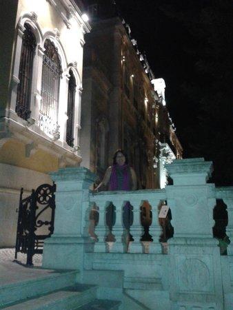 Fachada do hotel à noite