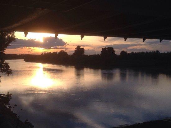 El Ebro: Atardecer bajo el Puente del Tercer Milenio