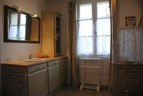 Les Chambres de la Loge: salle de bain claire