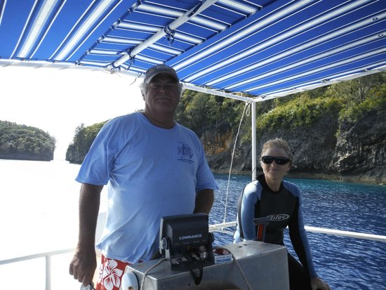 Hakau Adventures Day Cruises : Captain Don and Pat are host for the day.