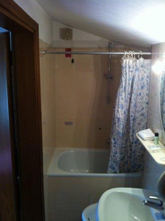 Ariele Hotel: doccia (la luce porta è 180cm)