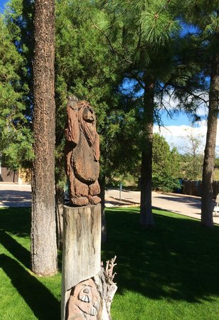 Holiday Inn Express Showlow: Wonderful wood carvings on the property.