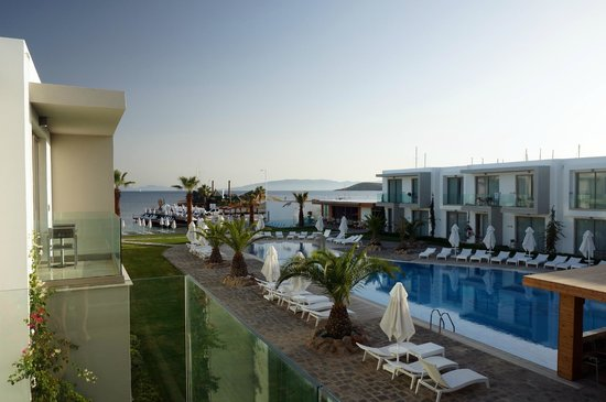Lugga Beach Boutique Hotel: Blick zum Pool / Meer
