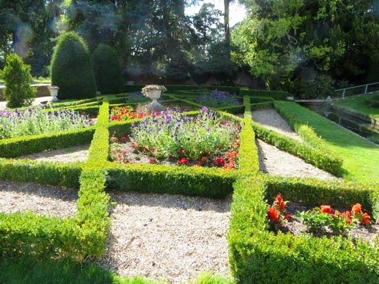 formal knot garden - Picture of Groombridge Place Gardens ...