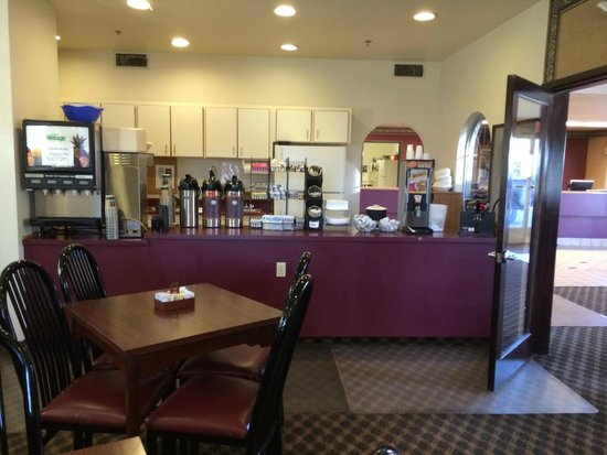 U.S. Travelers Inn & Suites: breakfast area