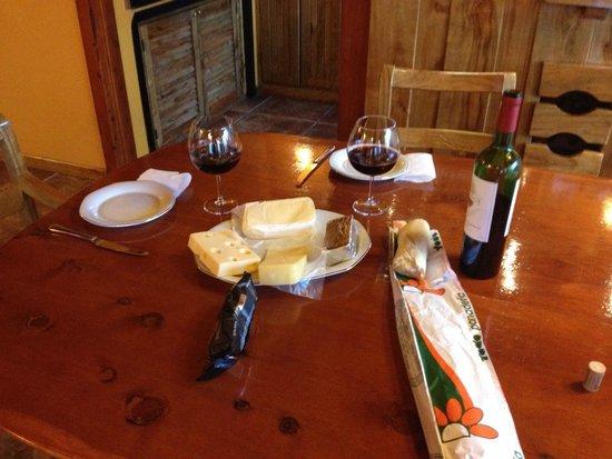 تشارمينج - لوكشوري لودج آند برايفيت سبا: Vinho e queijos dentro do quarto