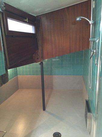 Hotel San Zulian: Unique shower!