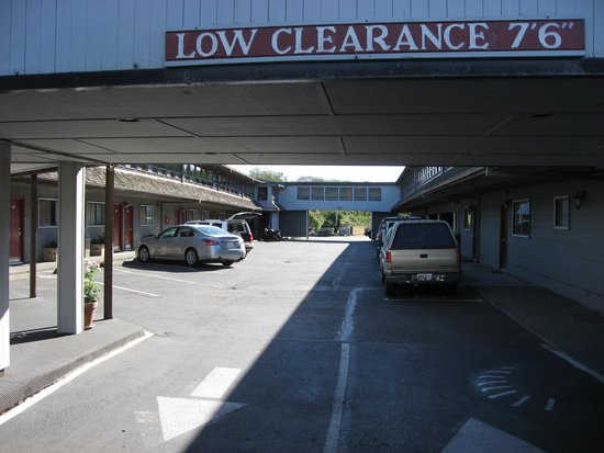 Mar Clair Motel: Low clearance - inside courtyard