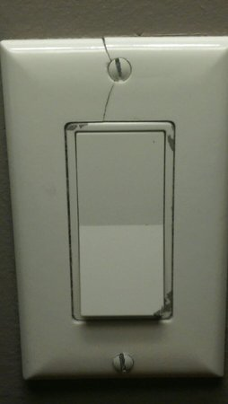 Magnolia Hotel Dallas Downtown: Light switch behind nightstand
