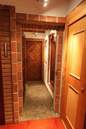 Romantik Hotel U Raka : Entryway to the room