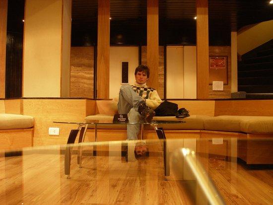 Sunset Hotel San Carlos Bariloche: Esperando en el Hall.