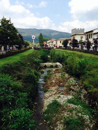 Barberino Designer Outlet: A quiet stream flows through the Outlet