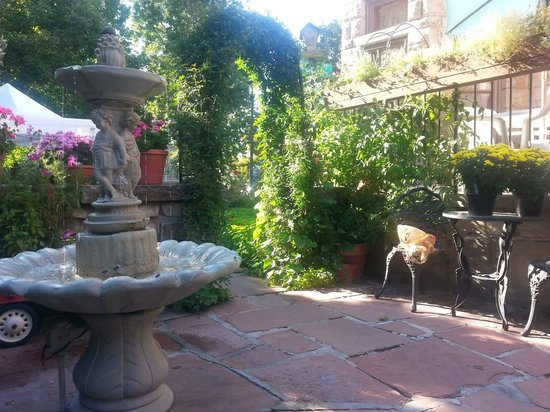Castle Marne Bed & Breakfast : fountain on the patio
