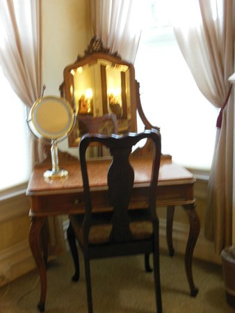 Churchill Manor Bed and Breakfast: Vanity in Stag's Leap