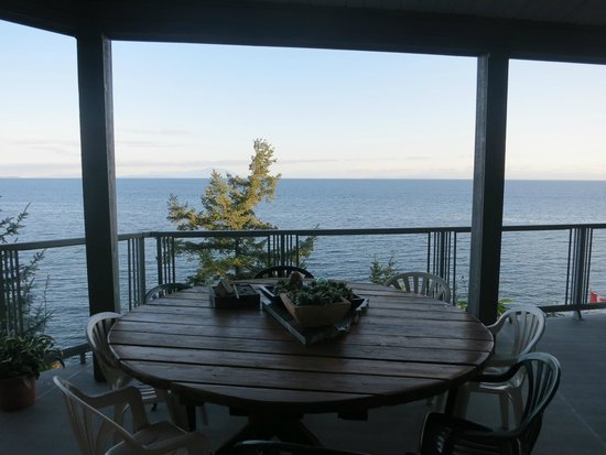 MGM Seashore Bed & Breakfast: Beautiful view from the bottom level.