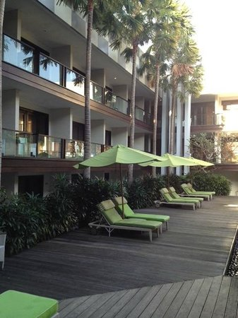 Dekuta Hotel: Sun Lounges by Pool