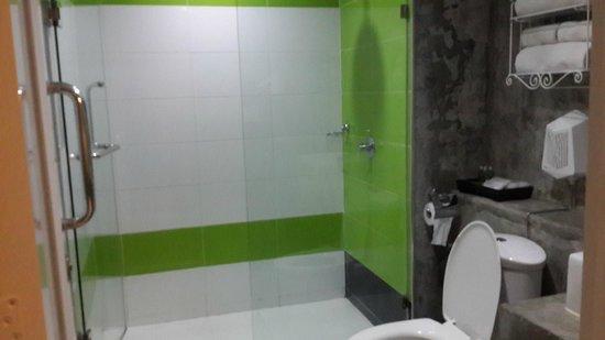Saphaipae Hostel: Ensuite bathroom