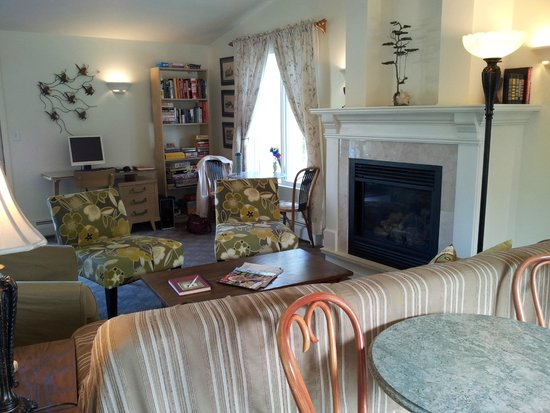 Ephraim Motel: Relax with a book or games near the fire place.