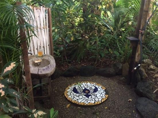 Ojo del Mar: private outdoor shower/ single cabin
