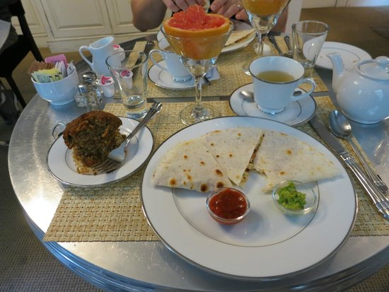 Barclay House Bed and Breakfast: Breakfast quesadilla, muffin, and grapefruit