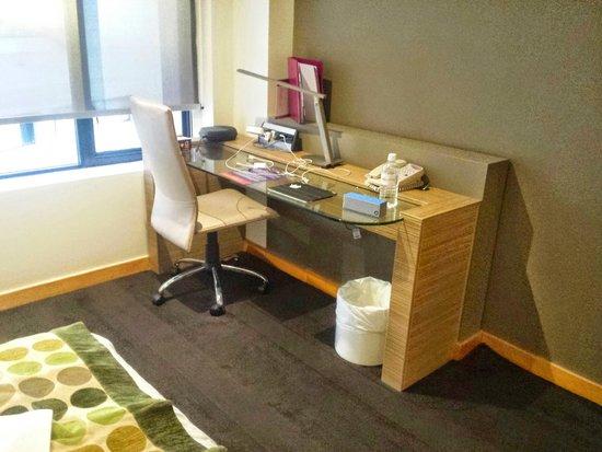 Crowne Plaza Hotel Canberra: Desk in Room