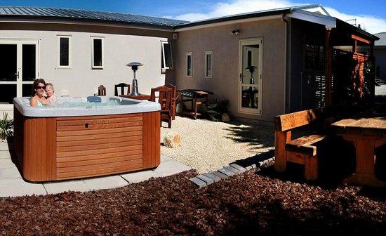 Springfield Motel & Lodge: Outdoor Spa Area (seasonal operation )