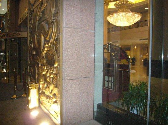 Jinjiang International Hotel: フロント周辺