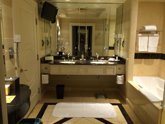 The Palazzo Resort Hotel Casino: Bella Suite bathroom