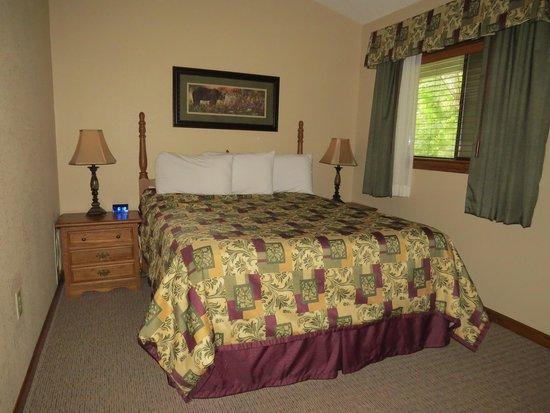 Tree Tops Resort: Bedroom with king bed