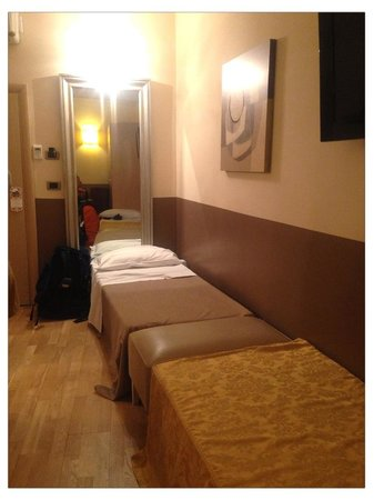 Hotel Alexander: Two single beds in a quadruple room