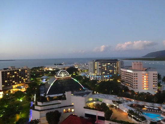 Pullman Cairns International : Night view from our room