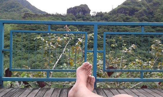 Tahiti Safari Expedition  - Day Tours: sieste sur le transat de la terrasse du resto de la maroto