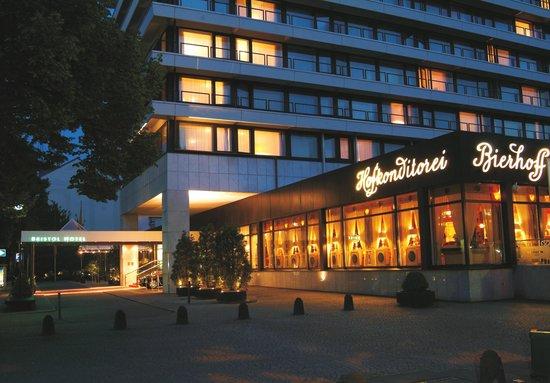 Günnewig Hotel Bristol: Außenansicht am Abend